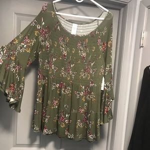 NEW NWT BEAUTIFUL BELL SLEEVE FLORAL TOP. XL